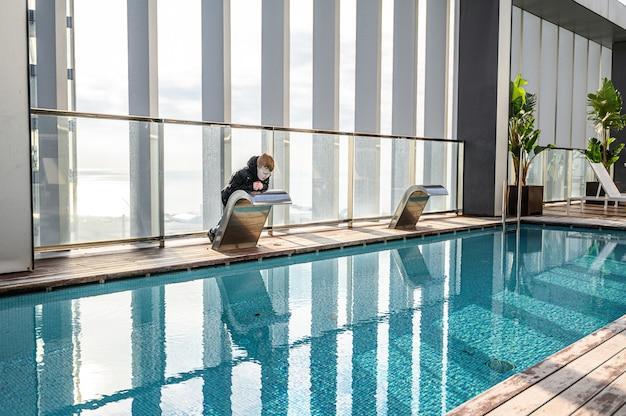 Basen na dachu z pięknym widokiem na wieżowce. . hotel premium. 03.01.2020 barcelona, hiszpania