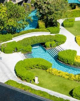 Basen w dekoracji ogrodu w hotelowym kurorcie
