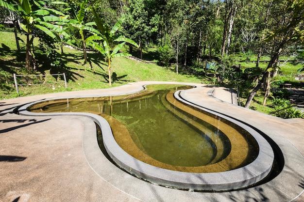 Basen w gorących źródłach pong duet w pobliżu pai w północnej tajlandii