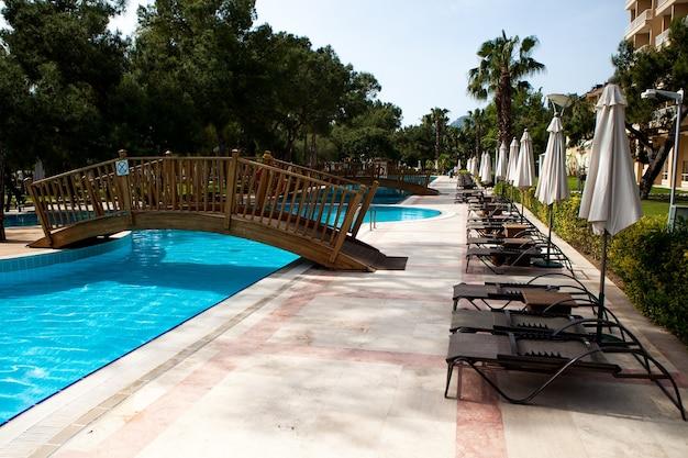 Basen w hotelu. letnie wakacje w gorących krajach tropikalnych. strefa relaksu.