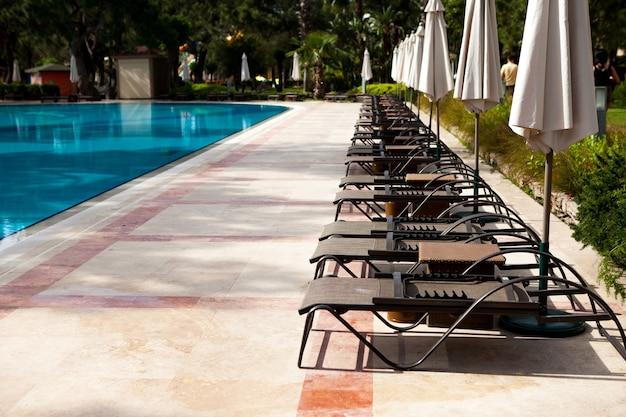 Basen w hotelu letnie wakacje w gorących krajach tropikalnych strefa relaksu