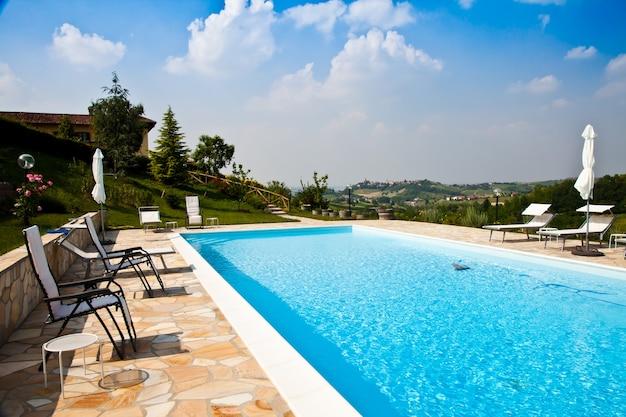 Basen włoskiej farmy piękności w środkowych winnicach, okolice monferrato, region piemonte.
