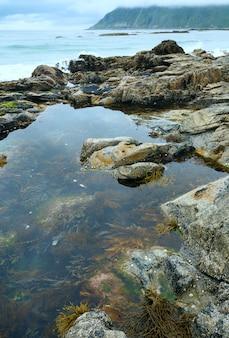 Basen z algami pośrodku kamieni