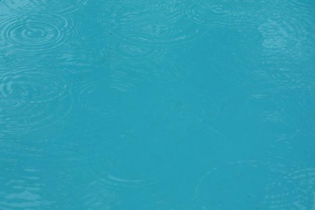 Basen z kroplami wody i odbicie w wodzie w deszczowy dzień. koncepcja sportu i tła.
