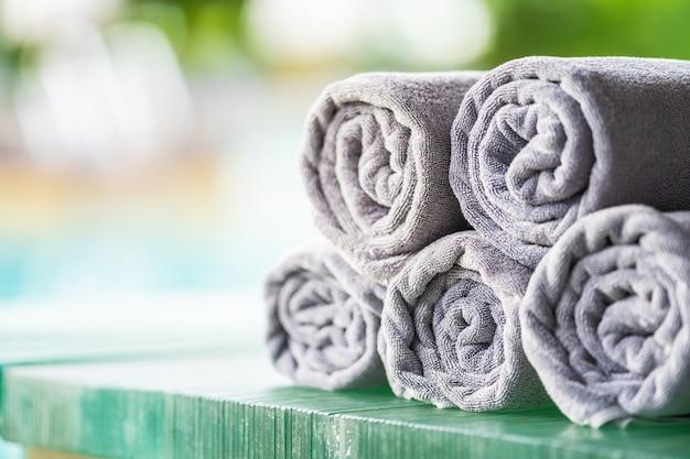 Basen z ręcznikami wokół basenu