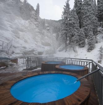 Basen z wodą termalną w zimowych górach