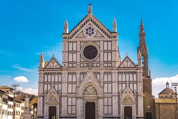 Basilica di santa croce (bazylika świętego krzyża), główny kościół franciszkański we florencji, włochy z neogotycką fasadą