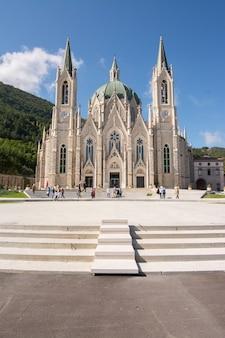 Basilica santuario di maria santissima addolorata, to współczesne sanktuarium położone w parku matese, niedaleko isernia