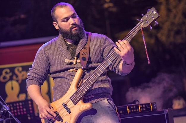 Basista gra w centrum uwagi w nocnym koncercie