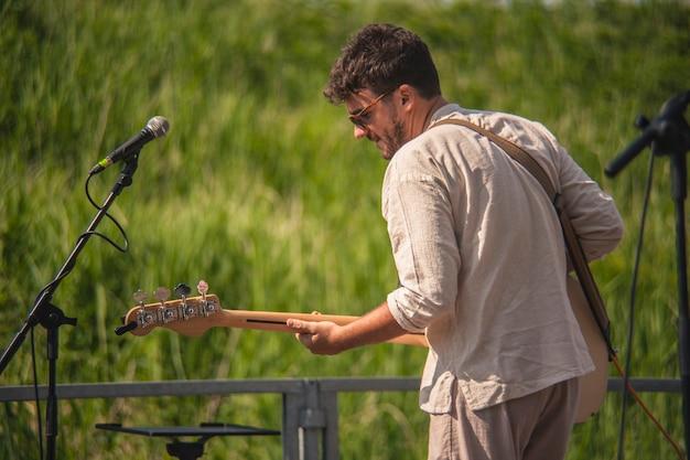 Basista rockowy w akcji podczas grania na koncercie na żywo