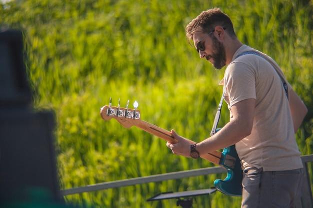 Basista zanurzony w dźwiękach swojej muzyki podczas koncertu na żywo