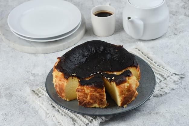 Baskijski palić baskijski przypalony sernik hiszpańskie lokalne jedzeniebiałe tło