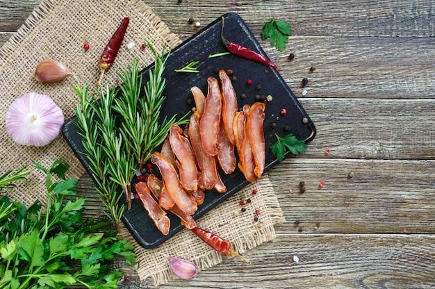 Basturma. szarpany. kawałki mięsa z czerwoną papryką. tradycyjna azjatycka zakąska mięsna. delikatność. leżał płasko. widok z góry