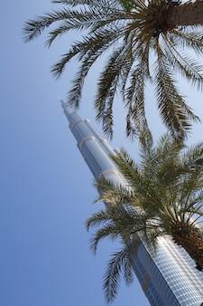Basztowy burj khalifa znika w niebieskim niebie