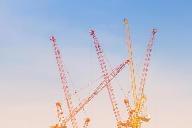 Basztowy crain dla budowa budynku w niebieskiego nieba tle