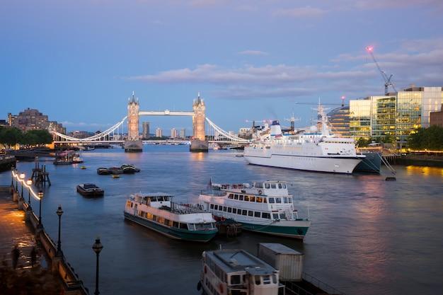 Basztowy most przy noc zmierzchem londyn, anglia, uk