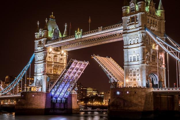 Basztowy most w london przy nocą