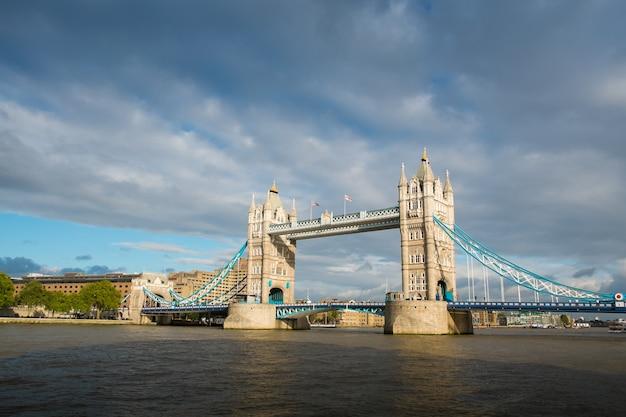 Basztowy most w londyn przy nocą