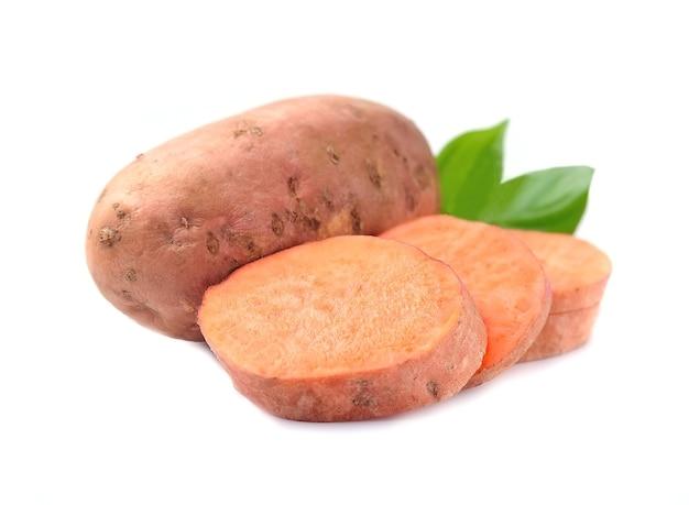 Batat z liśćmi. warzywa batato na białym tle.