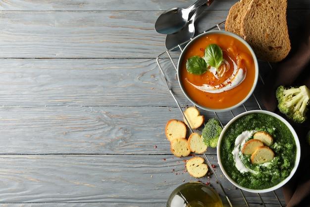 Batatów i brokułów kremowe zupy na drewnianym, odgórnym widoku ,.