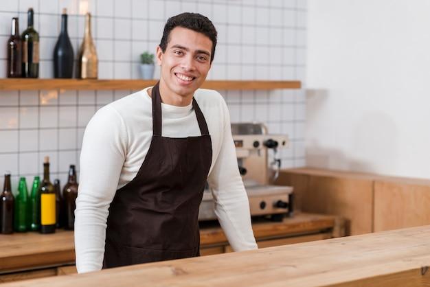 Batista widok z przodu w kawiarni