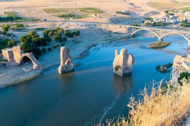 Batman, turcja. wioska hasankeyf (południowo-wschodnia anatolia). widok z lotu ptaka z twierdzy na tygrysie z pozostałościami starego mostu.