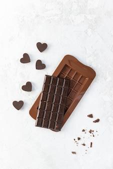 Baton domowej roboty ciemnej czekolady z sercami.