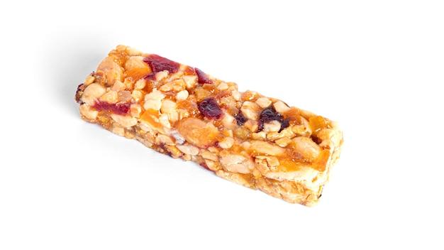 Baton granola z orzechami i suszonymi owocami na białym tle. zdjęcie wysokiej jakości