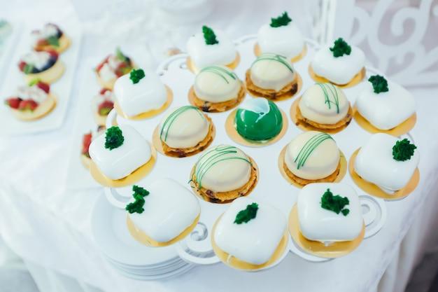 Batonik biały świąteczny stół z deserami