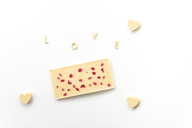 Batonik z białej czekolady nerkowca z malinami z napisem
