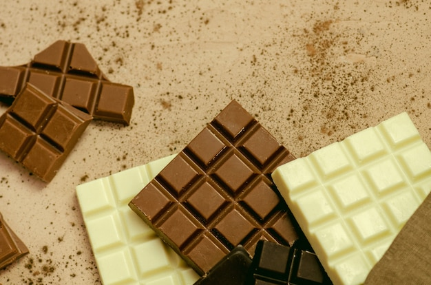 Batony z ciemnej, mlecznej i białej czekolady. widok z góry z miejsca kopiowania