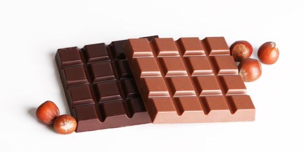 Batony z mlecznej i czarnej czekolady z orzechami laskowymi na białym