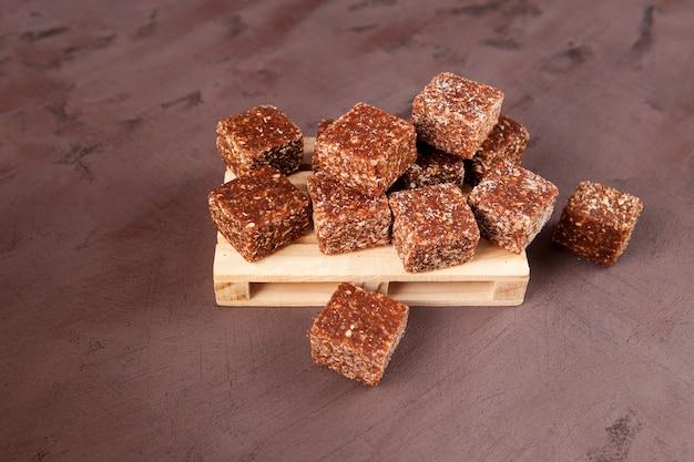 Batony zdrowej energii. słodycze z naturalnych suszonych owoców organicznych z dodatkiem orzechów i płatków kokosowych.