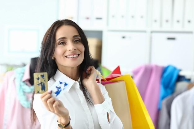 Bauty kobieta trzyma plastikową kartę kredytową