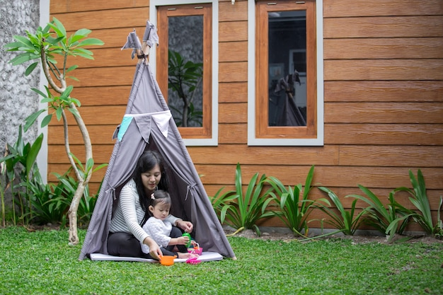 Baw się zabawkami z matką w namiocie