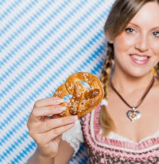 Bawarska dziewczyna przedstawia precla