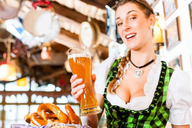 Bawarska kobieta pije pszenicznego piwo