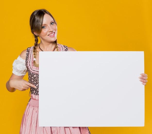 Bawarska młoda kobieta z egzaminem próbnym