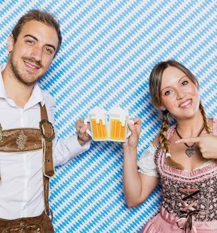 Bawarska para przygotowywająca na oktoberfest