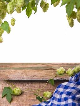 Bawarskie piwo oktoberfest i precle na drewnianym stole.