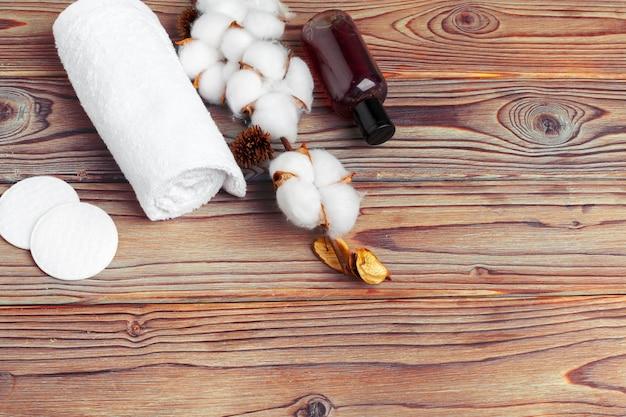 Bawełniane kwiaty z ręcznikiem na drewnianym stole