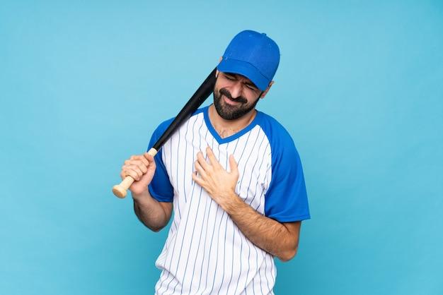 Bawi się mężczyzna z brodą nad odosobnioną ścianą
