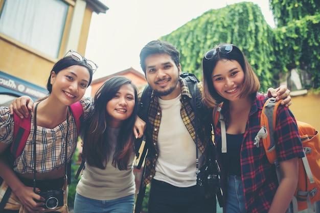 Bawiąc się razem, rozmawiając na selfie uśmiechając się, ciesz się dobrymi czasami razem