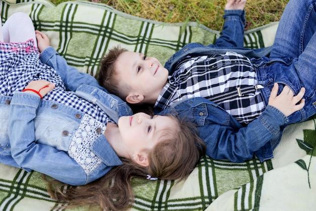 Bawiące się dzieci w zielonym polu w ciepły letni dzień