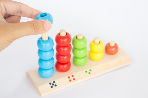 Bawić się kolorową trik-trak drewnianą zabawkę