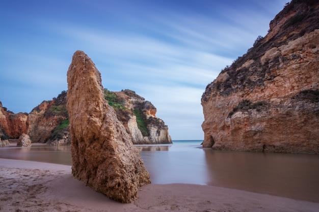 Bay seascape ze skałą na pierwszym planie.