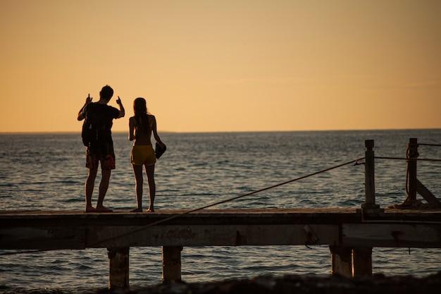 Bayahibe, dominikana 13 grudnia 2019: młoda para zakochana na molo o zachodzie słońca