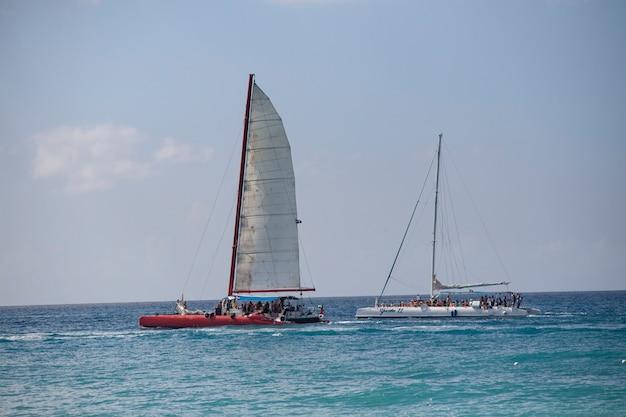 Bayahibe, dominikana 13 grudnia 2019: żaglówki pływają po wybrzeżu bayahibe