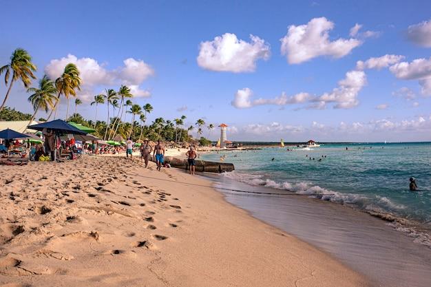 Bayahibe, dominikana 21 stycznia 2020 r.: plaża dominicus, bayahibe zastrzelona po południu pełna turystów