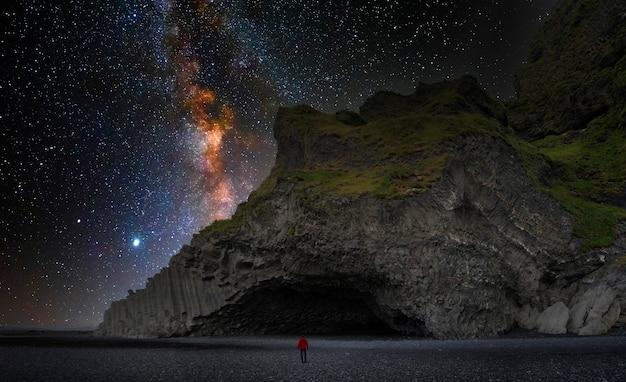 Bazaltowa jaskinia na islandii czarnej plaży